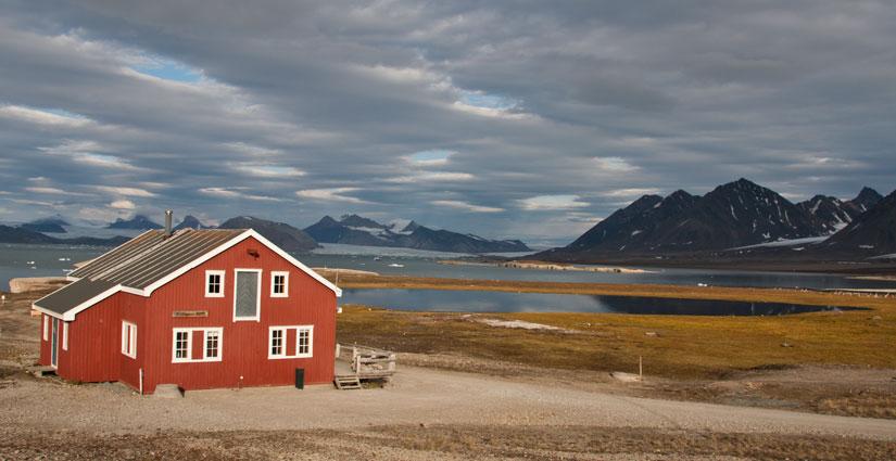 Mellageret i Ny-Ålesund i kveldssol. Foto: Eva Therese Jenssen.