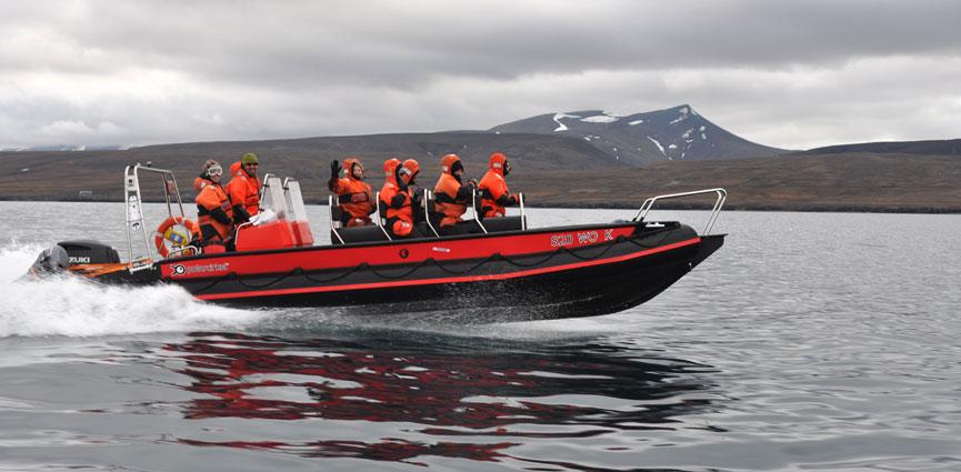 På tur til Isfjord Radio i småbåt. Foto: Geir Wing Gabrielsen.